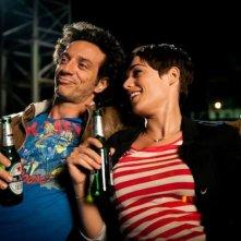 Anche se è amore non si vede: Ficarra insieme a Diane Fleri sorseggiano una birra in una scena del film