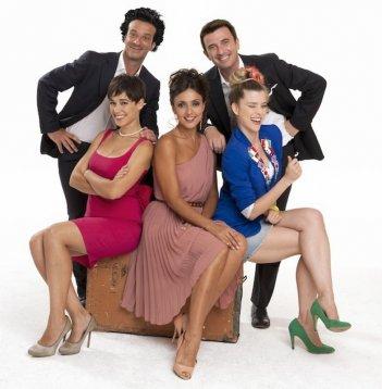 Ficarra, Picone, Ambra Angiolini, Sascha Zacharias e Diane Fleri in una foto promozionale di Anche se è amore non si vede