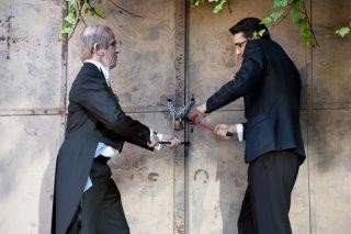 Francesco Mandelli e Fabrizio Biggio forzano un cancello in una scena de I soliti idioti