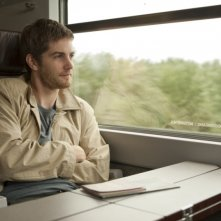 Jim Sturgess in treno in una scena del dramma sentimentale One Day