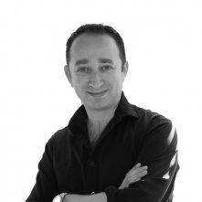 Jonathan Newman, regista del film Foster, in una foto promozionale
