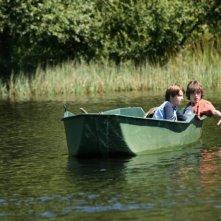 Quentin Grosset e Paul François, nei panni di due fratellini, fanno un giro in barca in una scena de Le diable dans la peau