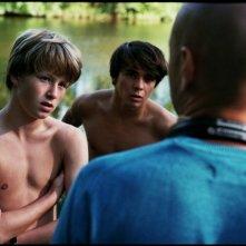 Il regista Bavo Defurne insieme ai giovani Jelle Florizoone e Mathias Vergels sul set del film Noordzee, Texas:
