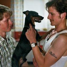 Noordzee, Texas: Jelle Florizoone e Thomas Couman in una scena del film insieme al loro amico a quattro zampe