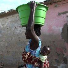 African Women: in viaggio per il Nobel della pace, una mamma senegalese sorride in una scena del film