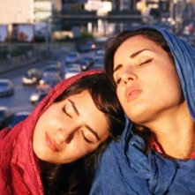 Circumstance: le protagoniste Nikohl Boosheri e Sarah Kazemy in una scena del film