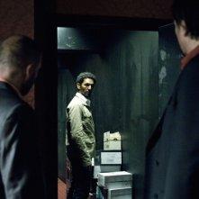 Tomer Sisley, protagonista del thriller d'azione Nuit Blanche, in una scena del film