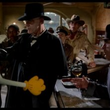 Bob Hoskins con Christopher Lloyd in una immagine del film Chi ha incastrato Roger Rabbit?