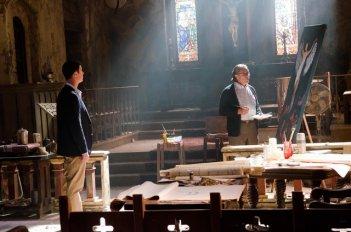 Edward James Olmos e Colin Hanks osservano il dipinto di un angelo nell'episodio A horse of a different color