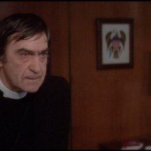 Il presagio: Patrick Troughton in una scena del film