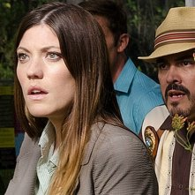 Jennifer Carpenter e David Zayas atterriti in una scena dell'episodio A horse of a different color