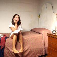 Claudia Gerini assorta nei suoi pensieri in una scena de Il mio domani