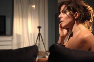 Claudia Gerini discinta parla al telefono in una scena de Il mio domani