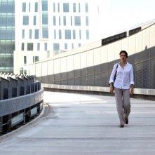 Il mio domani: Claudia Gerini cammina tra i palazzi in una scena tratta dal film