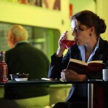 Il mio domani: Claudia Gerini in una tavola calda sorseggia una bibita mentre riflette sui suoi problemi