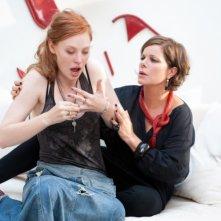 Marcia Gay Harden in una scena di Un giorno questo dolore ti sarà utile con Deborah Ann Woll