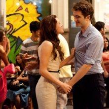 The Twilight Saga: Breaking Dawn - Parte I, Kristen Stewart e Robert Pattinson amoreggiano simpaticamente in una scena del film