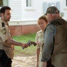 The Walking Dead: Andrew Lincoln e, di spalle, Pruitt Taylor Vince nell'episodio Sangue del mio sangue
