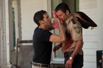 The Walking Dead: Andrew Lincoln e Jon Bernthal in una scena dell'episodio Sangue del mio sangue