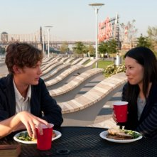 Un giorno questo dolore ti sarà utile: Toby Regbo e Lucy Liu mangiano insieme in una scena del film