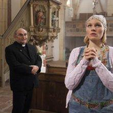 Rosalie Thomass in chiesa nella commedia Eine ganz heiße Nummer
