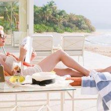 The Rum Diary: Amber Heard sdraiata su un lettino