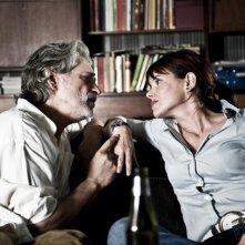 Fabrizio Bentivoglio e Barbora Bobulova si guardano negli occhi in una scena del film Scialla!