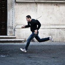 Filippo Scicchitano corre affannosamente in un'immagine tratta dalla commedia Scialla!