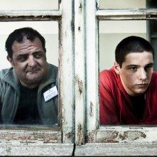 Filippo Scicchitano guarda fuori dalla finestra in una scena di Scialla!