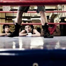 Giuseppe Guarino, Filippo Scicchitano e Prince Manujibeya guardano con attenzione il ring in una scena film Scialla!