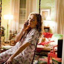 Il mio angolo di paradiso, Kate Hudson parla al telefono seduta su un'altalena di corda