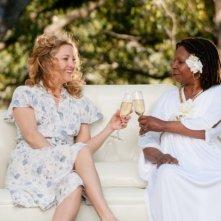 Kate Hudson brinda insieme a Whoopi Goldberg in una scena del film Il mio angolo di paradiso