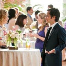 Kate Hudson chiacchiera rilassata con Gael Garcìa Bernal in una scena de Il mio angolo di paradiso