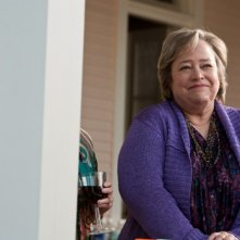 Kathy Bates radiosa e sorridente in una scena de Il mio angolo di paradiso