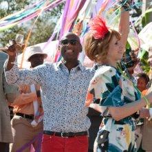 Lucy Punch e Romany Malco ad una festa in una scena de Il mio angolo di paradiso
