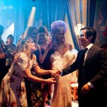 Kate Hudson e Gael Garcìa Bernal ad una festa in un'immagine tratta da Il mio angolo di paradiso