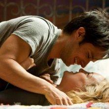 Kate Hudson e Gael Garcìa Bernal sorridono in un momento di tenera intimità in una scena de Il mio angolo di paradiso