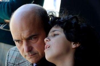Luca Zingaretti in una scena de La kryptonite nella borsa insieme al piccolo Luigi Catani