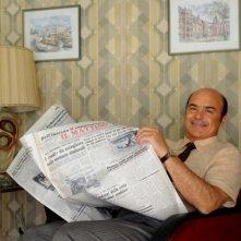 Luca Zingaretti legge il giornale in una foto promozionale de La kryptonite nella borsa