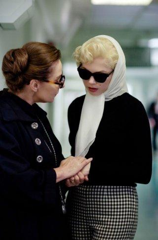 Michelle Williams in My Week With Marilyn con Zoe Wanamaker nel ruolo di Paula Strasberg