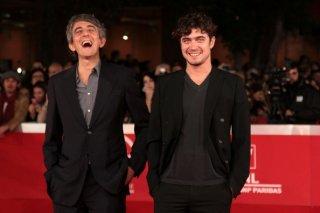Riccardo Scamarcio e Sergio Rubini sorridenti sul red carpet di Roma 2011