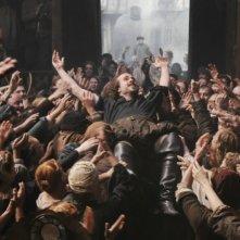 Anonymous: Rafe Spall nei panni di William Shakespeare osannato dal suo pubblico in una scena del film