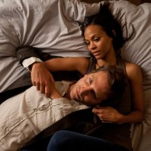 Bradley Cooper e Zoe Saldana in una scena intima di The Words