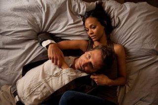Bradley Cooper e Zoe Saldana in una scena intima di The Words