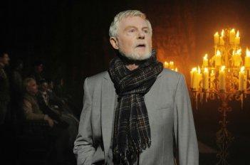 Dereck Jacobi durante il prologo del film Anonymous
