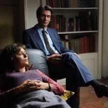 Fabrizio Gifuni insieme a Valeria Golino in una scena de La kryptonite nella borsa