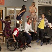 Glee: Darren Criss, Lea Michele, Jenna Ushkowitz, Kevin McHale, Harry Shum jr.e Dianna Agron in una scena dell'episodio Pot O' Gold