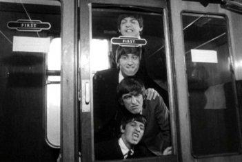 Paul McCartney, John Lennon, Ringo Starr e George Harrison in una scena di Tutti per uno