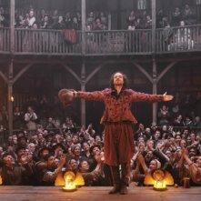 Rafe Spall sul palcoscenico nei panni di William Shakespeare in una scena di Anonymous