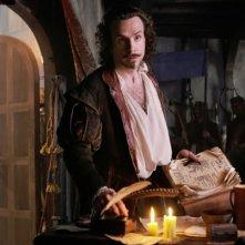Rafe Spall nei panni di William Shakespeare in una scena di Anonymous